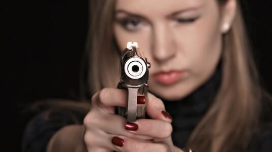 Женщина и оружие